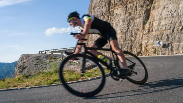 male road cyclist speeding downhill - curvo video stock e b–roll