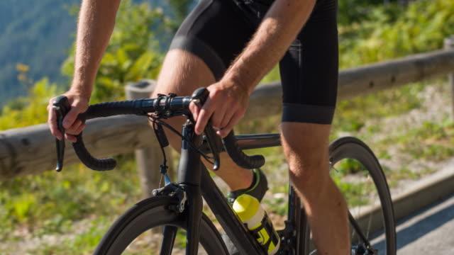 Manliga vägen cyklisten stående medan Cykling
