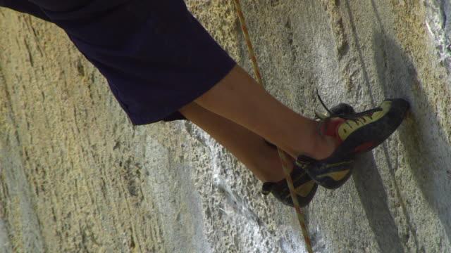 cu tu male rock climber hanging on rock faceby rope / krabi, thailand - avambraccio video stock e b–roll