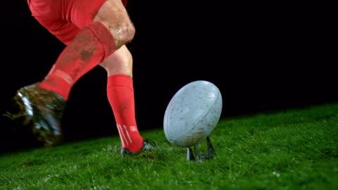 ボールを蹴る赤い衣装のslo mo男性ラグビー選手 - スポーツ ラグビー点の映像素材/bロール