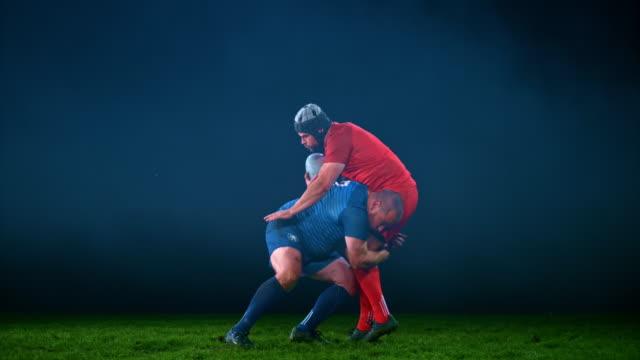 stockvideo's en b-roll-footage met slo mo ld mannelijke rugbyspeler die zijn tegenstander aanpakt - rugby sport