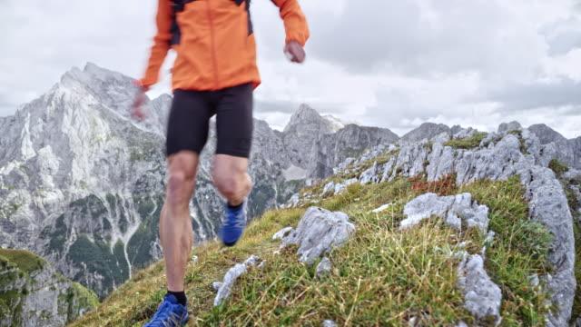 山の高い崖の端に実行している ds 男性ランナー - 中年の男性一人点の映像素材/bロール