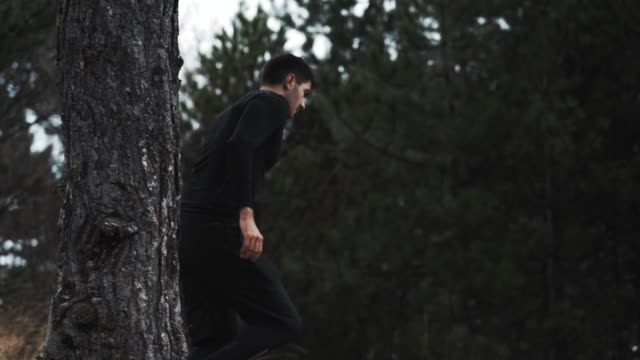 stockvideo's en b-roll-footage met mannelijke atleet uitvoeren in het pad in de bergen in een regenachtig weer in winter - gymbroek