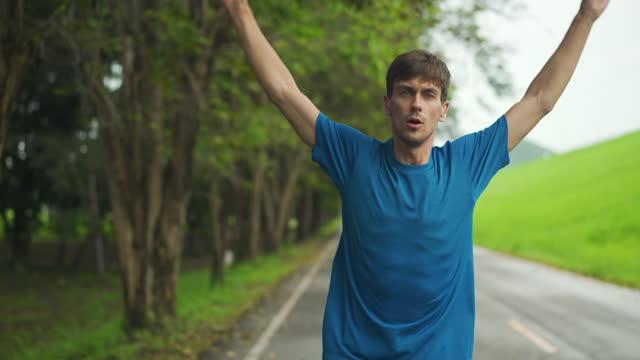vídeos y material grabado en eventos de stock de male runner stretching leg and feet and preparing for running outdoors. smart watch or fitness tracker - un solo hombre de mediana edad