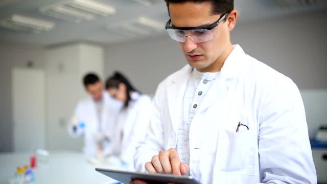 männliche wissenschaftler im labor - schutzbrille stock-videos und b-roll-filmmaterial
