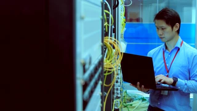 データ センターで男性のサーバー エンジニア - ネットワークサーバー点の映像素材/bロール