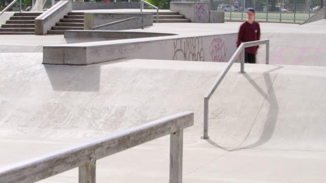 vídeos y material grabado en eventos de stock de ms male skater skating in neighborhood skate park - un solo adolescente