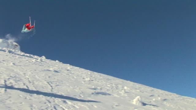 vidéos et rushes de male skier back flip off jump / blaine county, idaho, united states - activité acrobatique