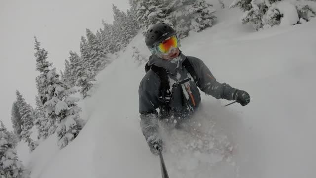 pov von männlichen skifahrer pulver schneehang absteigend - sportschutzhelm stock-videos und b-roll-filmmaterial