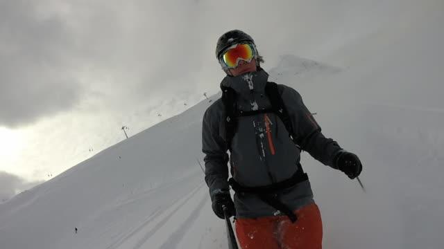 vídeos y material grabado en eventos de stock de pov de hombre esquiador descendiendo la pendiente de nieve polvo - chaqueta de esquiar