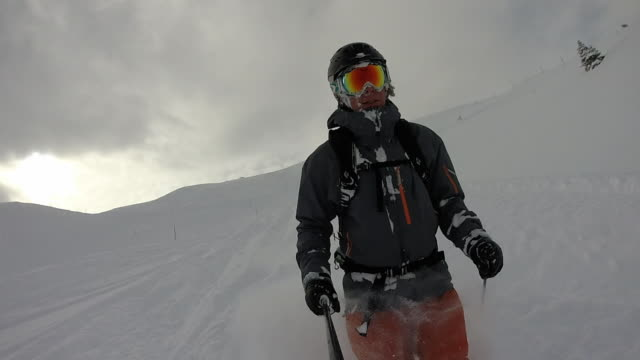 vídeos de stock e filmes b-roll de pov of male skier descending powder snow slope - casaco de esqui