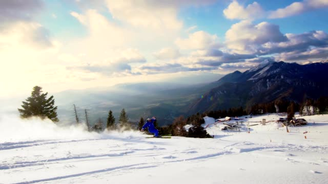 slo mo 雄スキーヤーのスキースロープ - スキー板点の映像素材/bロール