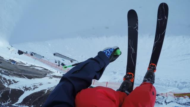 pov männlichen skifahrer reiten in der half-pipe - freistil skifahren stock-videos und b-roll-filmmaterial