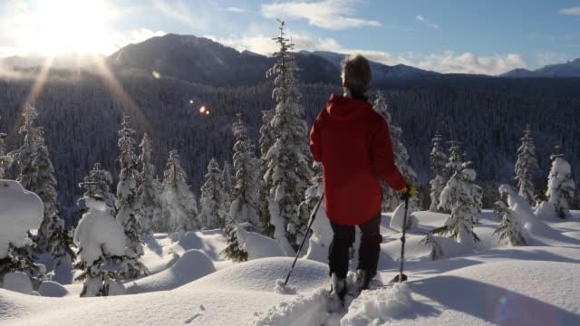 vídeos y material grabado en eventos de stock de empresas de esquiador masculino a través de nieve profunda pack al amanecer - chaqueta de esquiar