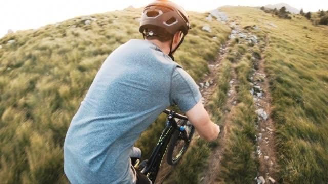 vidéos et rushes de homme de sport sportif de montagne sur le paysage herbeux dans les montagnes - équitation de loisir