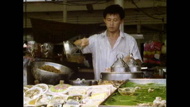 male street food vendor cooks pancakes in bangkok; 1989 - bangkok stock-videos und b-roll-filmmaterial