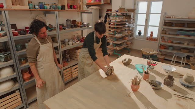 cs 男學生學習如何楔形粘土 - 僅成年人 個影片檔及 b 捲影像