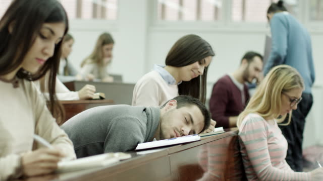 maschio studente che dorme in aula - aula video stock e b–roll