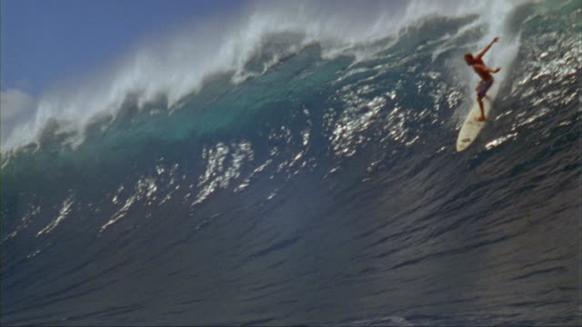slo mo, ws, male surfer riding banzai pipeline, oahu's north shore, hawaii, usa - 10 sekunden oder länger stock-videos und b-roll-filmmaterial