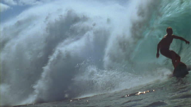 SLO MO, WS, Male surfer riding Banzai Pipeline, Oahu's North Shore, Hawaii, USA