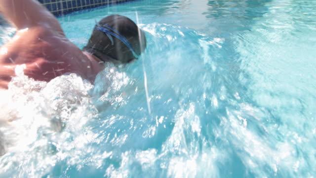 ts cu male swimmer swimming front crawl - badeshorts stock-videos und b-roll-filmmaterial