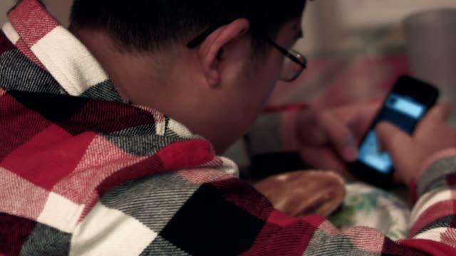 stockvideo's en b-roll-footage met a male teenager eating a burger at home - alleen één tienerjongen