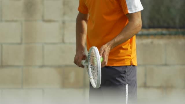 male tennis player serving during match. - ゴーティー点の映像素材/bロール