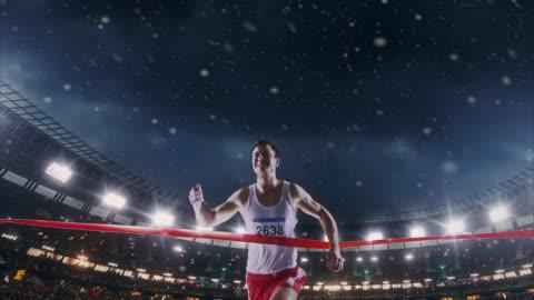 vídeos y material grabado en eventos de stock de atletismo masculino corredor cruza la línea de llegada - línea de meta
