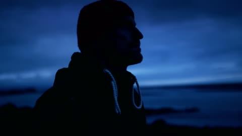 stockvideo's en b-roll-footage met mannelijke reiziger in het wild - rugzak