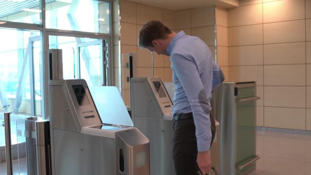 男性旅行者は飛行機に乗るためにマシン上で彼の搭乗券をスキャン - 飛行機の搭乗券点の映像素材/bロール