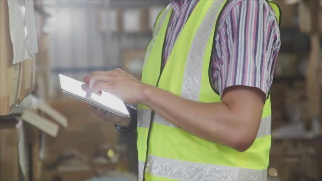 雄デジタルタブレットの倉庫使用 - 錠剤点の映像素材/bロール