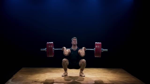 vídeos de stock, filmes e b-roll de ld levantador de peso masculino que tenta levantar o barbell e a falha - musculação com peso