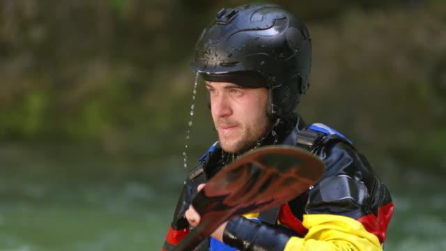 slo mo männlichen wildwasser paddler kopfschüttelnd get rid of überschüssiges wasser - extremsport stock-videos und b-roll-filmmaterial