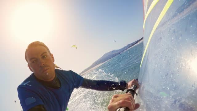vídeos y material grabado en eventos de stock de windsurfista ld hombre caer al agua al intentar hacer un salto - windsurf