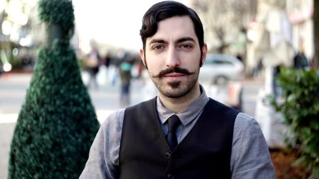 vídeos de stock, filmes e b-roll de homem com bigode posando e olhando para a câmera - stationary