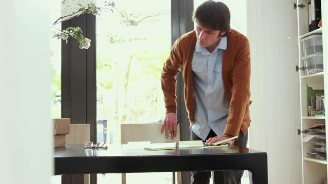 Männliche Arbeiten von zu Hause machen Notizen