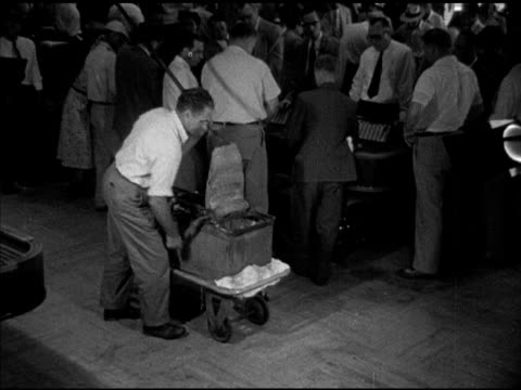 vídeos de stock e filmes b-roll de male wringing mop mopping floor w/ people gamblers around craps tables gambling bg placing mop on rolling bucket cart pushing out of frame right... - porteiro
