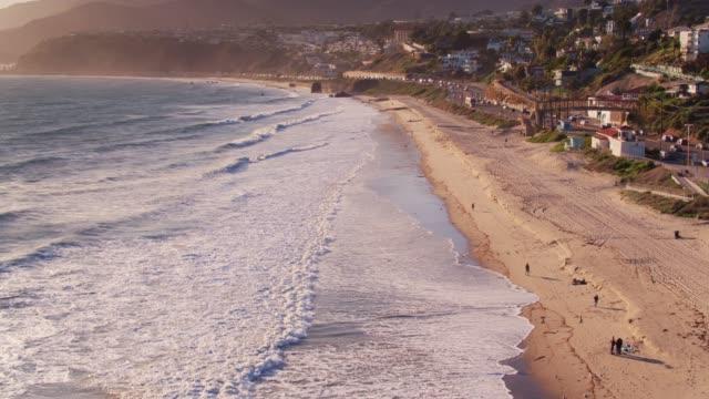 vidéos et rushes de malibu, californie - vue aérienne - malibu