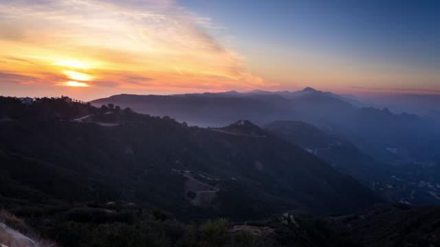 vidéos et rushes de montagnes de malibu au coucher du soleil - time lapse - malibu