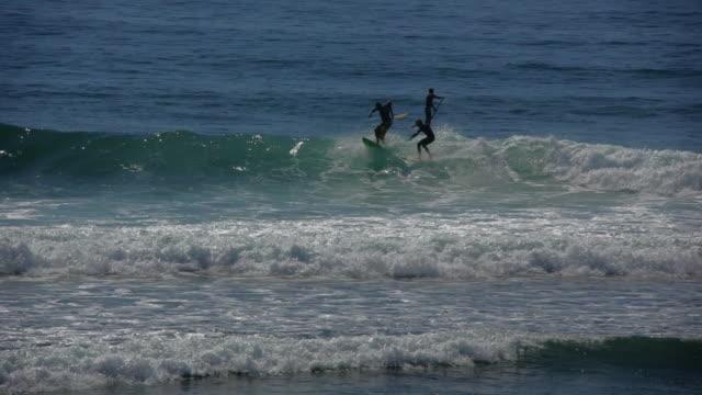 malibu pier surfing, 30 yr swell - malibu stock videos & royalty-free footage