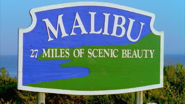 vidéos et rushes de cu focusing 'malibu' sign, malibu, california, usa - malibu