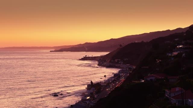 vidéos et rushes de malibu silhouetté sur sunset orange - tir de drone - malibu