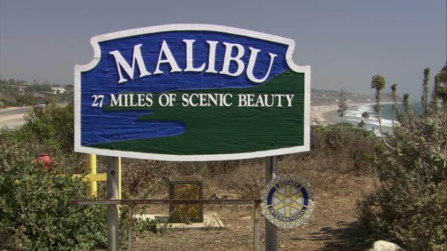 vidéos et rushes de zo malibu village sign / california - format vignette