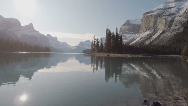 maligne lake, florida - canadá stock videos & royalty-free footage