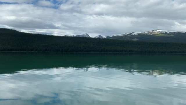 maligne lake, jasper nationalpark in alberta, kanada - ausflugsboot stock-videos und b-roll-filmmaterial