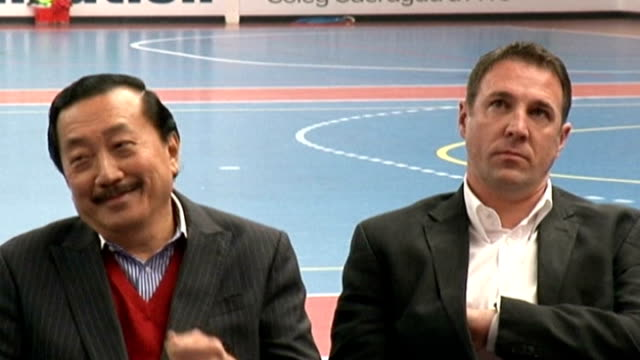 vídeos y material grabado en eventos de stock de malky mackay apologises for texts and lma apologises for apology lib / t20121309 date unknown int slow motion malky mackay sitting alongside cardiff... - tan