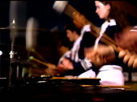 mallets hitting xylophone in marching band - 音楽隊点の映像素材/bロール