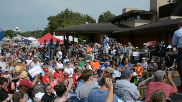 o'malley takes the stage at the des moines register soapbox to loud cheers and support - kotelett stock-videos und b-roll-filmmaterial