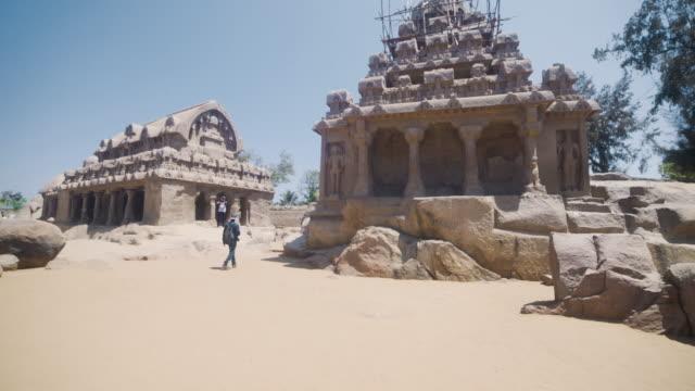 vídeos y material grabado en eventos de stock de mamallapuram temples steadicam shot. group of monuments at mahabalipuram - pagoda templo