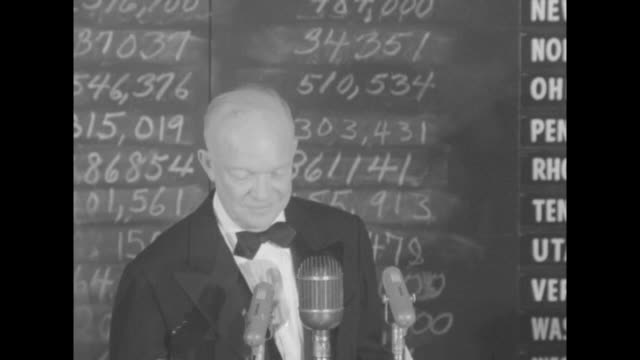 vidéos et rushes de mamie and dwight eisenhower arrive at microphones to cheers and stand in front of tote board with scrawled chalk writing / sot eisenhower i am not... - adlai stevenson